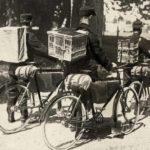 Postduiven per fiets naar het front. WO1.